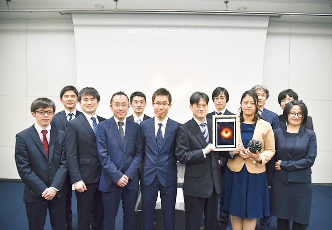 「Event Horizon Telescope(EHT)」の日本側プロジェクトメンバーとの一枚。