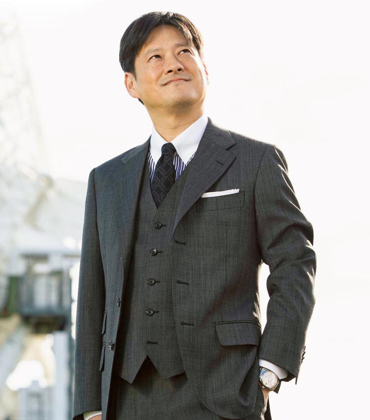 <p><strong>【博士(理学)】<br /> 本間希樹(ほんま まれき)</strong><br /> 1971年アメリカ合衆国生まれ。東京大学大学院理学系研究科天文学専攻博士課程を修了。日本側の責任者として所属する国際研究チームがブラックホール撮影に成功したことを発表し、世界の注目を集めた。</p>