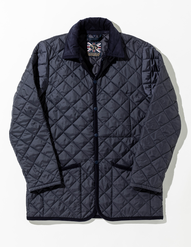 <p><strong>【人気No.2アウター】<br /> ラベンハム×シップス 完全別注モデル ケジントン</strong><br /> スリムモデル「レイドン」の着丈を長くした別注モデル「ケジントン」。レイドンよりも着丈を4cm長くしたことで、すっきりとしたシルエットはそのままに、スーツの上に着ても上着がはみ出さない着丈を実現。ビジネス対応可能な点が多くの人から好まれた。3万4000円</p>