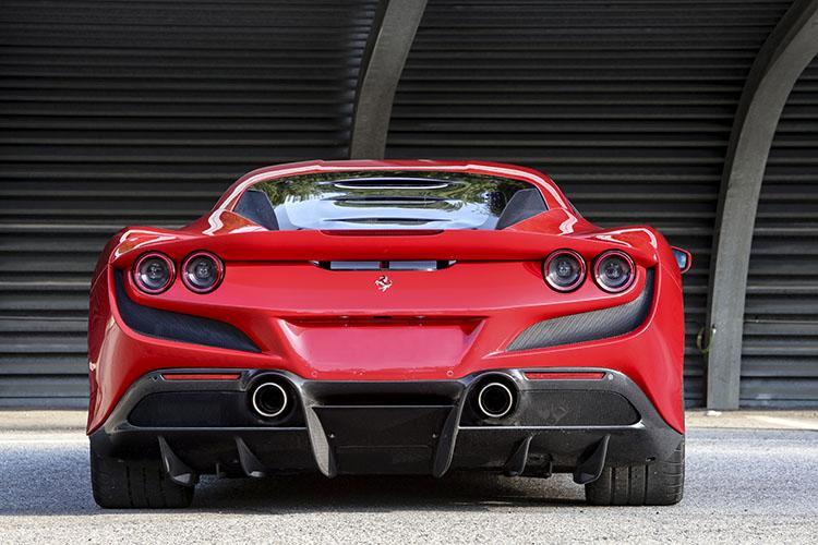 <p>これまでのV8ミッドシップフェラーリの集大成として、随所に先代達をオマージュしたデザインが見られる。エンジンが見えるリアウィンドウはF40の要素を取り入れている。</p>