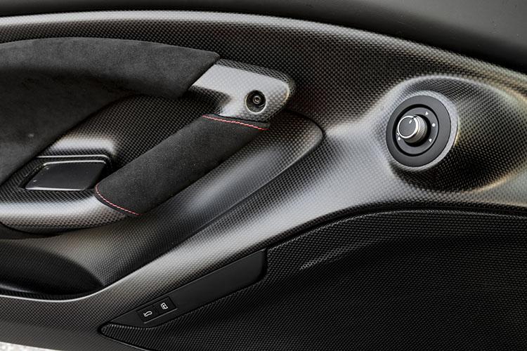 <p>F8トリブートのため、ダッシュボードやシートなど多くを新たにデザインした。</p>