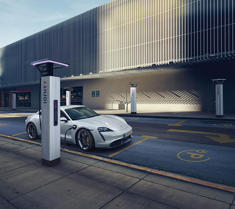 <p>一回の充電で走行が可能な距離は381~450km(ターボ)。出力270kWの急速チャージャーを使用した場合はバッテリー80%までわずか22分30秒で充電ができる。</p>