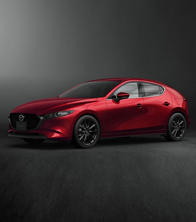 <p><strong>マツダ MAZDA 3ファストバック/222万1389円~</strong><br /> 自動車関係者に「輸入車に対抗できる日本車は?」と問えば、多くの人がマツダ車を挙げるだろう。まずデザインが素晴らしい。日本車の弱点である内装のチープさも全く感じさせず、視覚で輸入車勢と互角に戦う。クルマ選びでデザインを重視する人も多いのだから対抗馬の筆頭に上がるのも当然だろう。中でもマツダ3(旧アクセラ)に用意されたファストバックモデルは特に素晴らしい。もちろん、走りも非常に元気で、小ささを活かして都市部での使い勝手も良い。夫婦で長く付き合える日本車ならこれをぜひ選んで欲しい。</p>