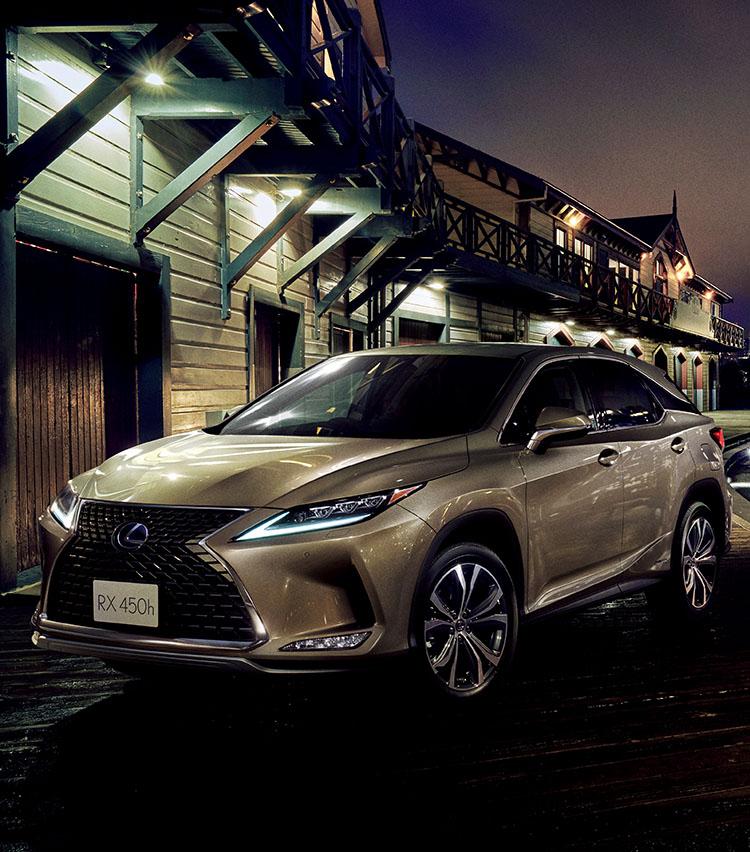<p><strong>レクサス RX/513万円~</strong><br /> 日本車と輸入車の違いの1つが「品質」である。塗装、内装の仕立て、使われる素材など輸入車にアドバンテージがある。そんな「品質」で真っ向勝負できるブランドがレクサスである。近年、飛躍的に質感が高まり、高級感ではその差がほぼ埋まりつつあるレクサスなら「品質」に重きをおくユーザーでも満足がいくはずだ。さらにレクサス(トヨタ)の誇るナビや安全性能など、日本車の武器に関しても世界トップ水準である。その意味でも最近発売されたモデルがお薦め。SUVならRXが鉄板だろう。</p>