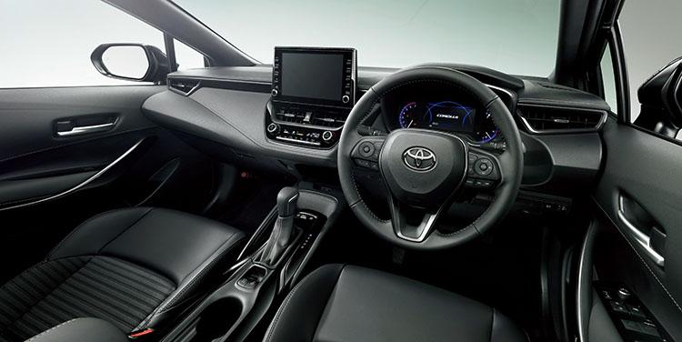<p>トランスミッションはCVTのほか、7速と10速AT、6速MTが設定される。駆動方式も2WDと4WDも用意。また国内トヨタ車では初めて、スマホと連携可能なディスプレイオーディオを採用している。</p>