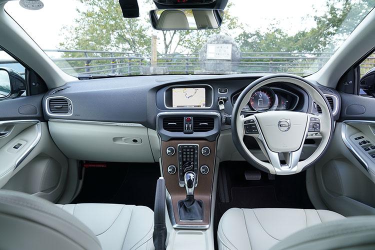 <p>2代目に進化して大きく進化したインテリア。日本車、ドイツ車とは違うテイストのデザインでボルボならではの世界感に。言うまでもなく安全装備に関しては充実した内容となっている。</p>