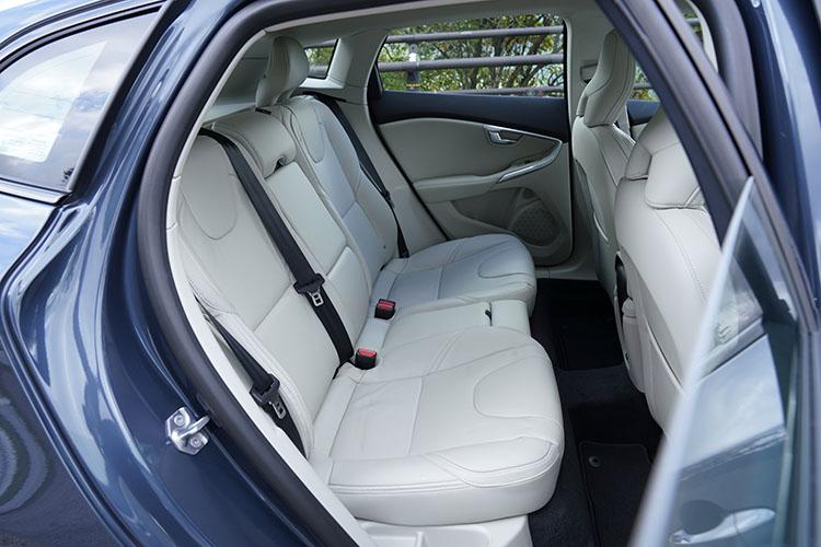 <p>後席のスペースはお世辞にも広いとは言えないが、普段使いには支障なし。全席セーフティヘッドレストを採用するなど、安全への配慮もしっかり行われている。</p>