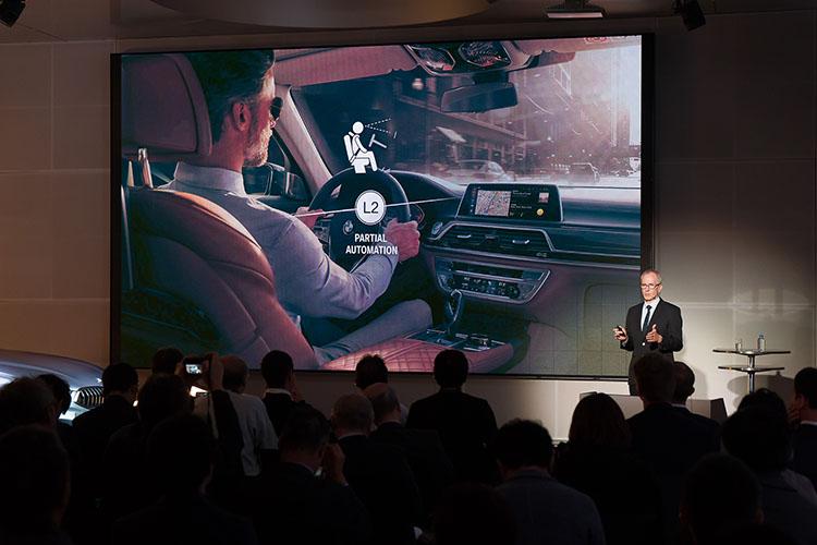 <p>現在BMWでは「レベル2」相当の自動運転機能を実用化。これは、渋滞時に一定の条件下でステアリングから手を離したまま走行できるというもので、アクセルやブレーキの操作も自動で行う。ただし、高速道路上であることや60km/h以下という制限があるため、レベル2相当に止まっている。</p>