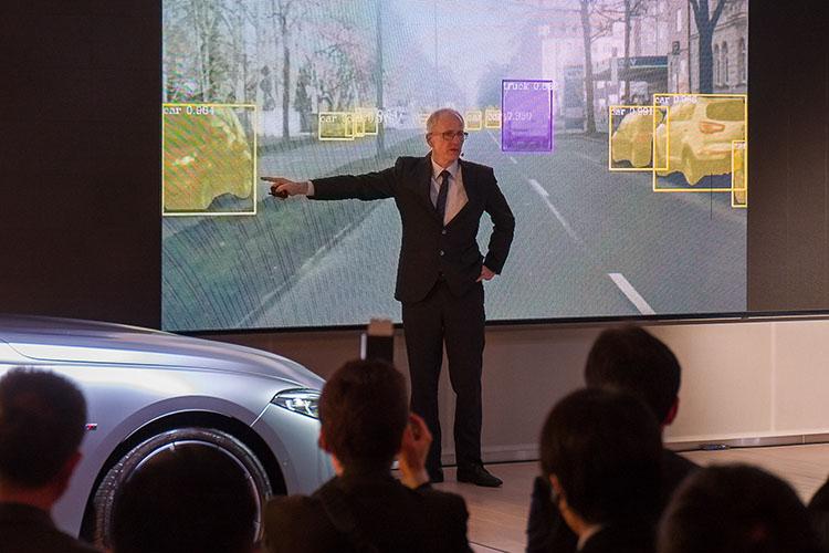 <p>テスト車両は常に周囲の停車、走行中の車両を認識している。写真のVTRを見た記者にロートハルト氏が「いま何台クルマが映っていたかわかりますか?」と質問し、記者は「約20台」と答えたが、実際は30台以上が映っていた。</p>