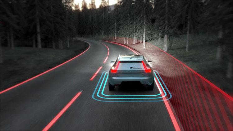 <p>前後左右をカメラやセンサーで監視して運転をサポート。ボルボ車による死亡事故を0にすることを目標とするボルボは様々な新しい装備を研究。日本では需要は低いかもしれないが、モデルによっては大型動物との接触事故を軽快する機能なども備えている。</p>