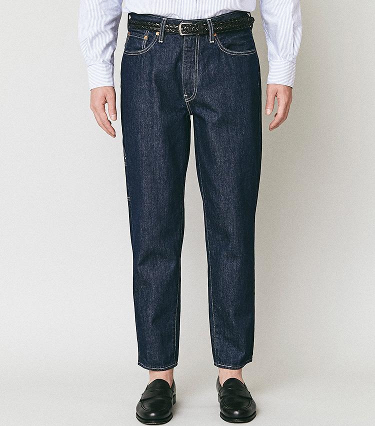 <p><strong>ロールアップも似合うルーズテーパード</strong></br><br /> 今秋に新登場したロットナンバー「562™」は、「ルーズテーパードフィット」と呼ばれる新シルエット。ヒップから太ももまでリラックスフィットしながら、レッグは足首にかけて細くなっているのが特徴。バギーまでいかない太さで股上は深く、裾が絞られているためロールアップして短めに履いても今風なボトムズシルエットが楽しめる。カラーは白ステッチとのコントラストが際立つ濃いインディゴの1色を設定。<br /> <small>パンツ1万2000円/リーバイス® ビンテージ クロージング(リーバイ・ストラウス ジャパン)</small></p>