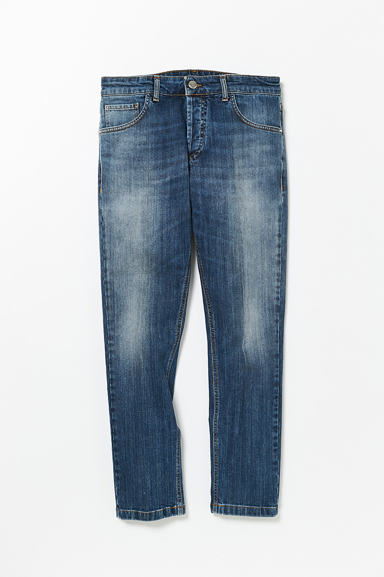 <p><strong>アントレアミ</br>さりげなく品格を醸すセンタープレス</strong></br>一見オーセンティックなジーンズ風だが、センタープレスで履ける細身ストレートはジャケットと合わせたスタイリングも得意としている。左ポケットには「AMI」のメタルパーツ、バックポケットにはコインパーツを配し、さりげなく個性を主張。それ以外の余計な装飾は出来る限り省くことで色落ちデニムの魅力を存分に楽しむ事ができる。2万9000円(インターブリッジ)</p>