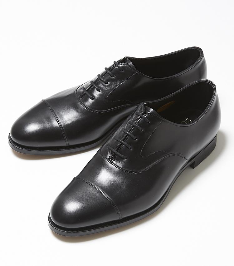 <p><strong>CHELSEA</strong></br>英国製の本格靴を代表する内羽根ストレートチップと言えば「チェルシー」を思い浮かべるM.E.読者は多いはず。ビジネスはもちろん冠婚葬祭まで使えることから、全ての男にとってのマストアイテムだ。レザーの品質はもちろん、象徴的なスワンネックやラスト「202」で作られた伝統的なエッグトウのストレートチップ。装飾性が低い内羽根ストレートチップだからこそ、細部の意匠に違いを感じさせるまさに名作だ。15万9000円(エドワード グリーン 銀座店)</p>