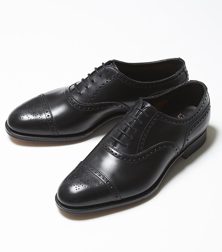 <p><strong>CADOGAN</strong></br>ビジネスの場で華やかさを与えてくれるパーフォレーションが施された、セミブローグとして人気の「カドガン」。こちらも、日本人の足に合う木型の代名詞「202」を採用。自然な丸みを持つエッグトウに施された華やかなメダリオン、そしてパーフォレーションのバランスが実に英国靴らしい。イベントやパーティなどが増えるこれからの時期にもぴったりの足元を華やかに彩るモデルだ。15万9000円(エドワード グリーン 銀座店)</p>