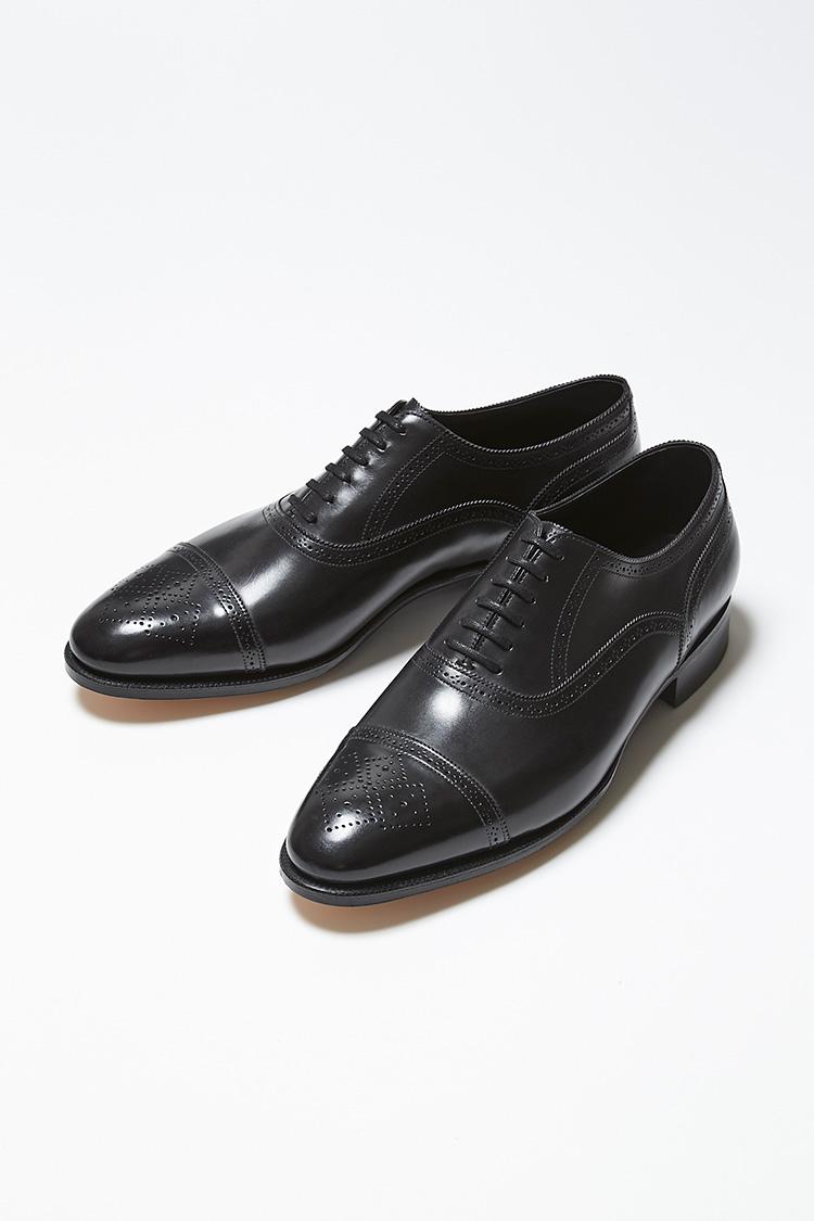 <p><strong>STOCKLEY</strong></br>人気のラスト「7000」を使用したプレステージラインの6アイレットオックスフォード。パンチングのディテールは、靴づくりで伝統的に使われているラスプ(やすり)からインスピレーションを得たもの。プレステージラインならではの、ヴェヴェルドウエストとウィールドウェルトがよりエレガントな雰囲気を醸し出す。すべてのエッジに細かいギンピングが施された、ドレッシーな仕上がりも魅力だ。24万円(ジョン ロブ ジャパン)</p>