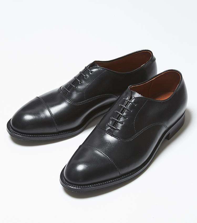 <p><strong>90798</strong></br><br /> 日本で展開されているオールデンでは珍しい内羽根式の1足。トウからウィズ、踵まわりまで非常にシャープでバランスの取れたラストは、日本人の足型を意識した控えめなアーチシェイプに、ややゆとりのある甲の高さや、見た目よりも広く感じる横幅など、優しく足をホールドしてくれる。米国靴らしい荒削りな部分を残したスマートなフォルムは、フォーマルやビジネス使いに最適なのはもちろん、カジュアルなシーンにも溶け込む空気も兼備。ドレッシーながら気負わない雰囲気がオールデンらしい一足だ。9万6000円(ラコタ)</p>