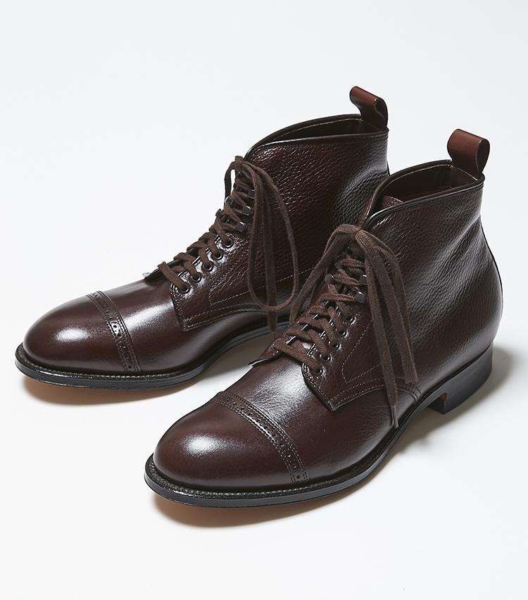 <p><strong>86911H</strong></br><br /> こちらもオールデンでは珍しいシボ感の効いた革を使用したブーツ。革はカントリーカーフのダークブラウン。繊細ながら、シボ感ははっきりと表現されている独特の風合いが魅力だ。特に茶系のシボは、頭と溝の色差が分かりやすく質感はしっかりと表現されている。トウには小ぶりのパーフォレーションが入った切り返しのあるキャップが装着されており、足元に軽くスパイスを加えたい時にもぴったり。モディファイドラストのDウィズで、絞り込まれたウエスト、リフトアップされる土踏まずの感覚は他の靴では味わえない魅力となる。9万8000円(ラコタ)</p>