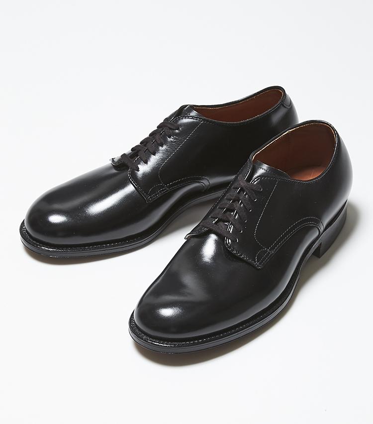 <p><strong>53711</strong></br><br /> 米国トラッドの真髄としてロングセラーを続ける6アイレットプレーントウ。米国軍の将校や一般兵士のユニフォーム靴として着用されていたミリタリーラストを使用。土踏まず部分からしっかりホールドされる心地よい履き心地が味わえる。平紐のお陰で、ドレス感がやや軽減され、よりカジュアルな普段使いにも馴染んでくれる。光沢のあるボックスカーフは、柔らかくて馴染みが良いので、履き込んで行けばいくほど経年変化も楽しめる。9万4000円(ラコタ)</p>