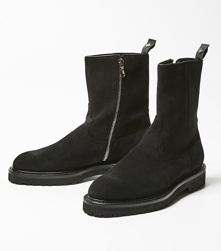 <p><strong>ダブルエイチ</strong></br>シューデザイナー坪内 浩氏とファッションディレクター干場義雅氏、二人の出会いによって誕生したメイドインジャパンの靴ブランド。こだわりは、ヒールの高さ5cm、ソールの厚さ3cmというどっしりとした安定感のある作り。脚長効果も期待できそうだ。脚の形状にぴったり吸い付くような柔らかいレザーを使用することで、パンツの裾をかぶせた時に、ブーツのアタリがパンツの表面に響きにくい。上品に光り輝くサイドジップが高級感を増している。5万2000円(伊勢丹新宿店)</p>