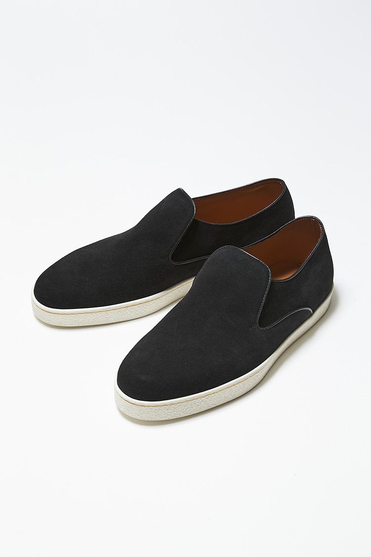 <p><strong>HAVEN</strong></br>クラシックなドレス靴の名作が揃うジョンロブにおいて、最近ファンの間で、じわじわと人気を集めているのがスニーカーやこの手のスリッポン靴だ。上質な黒のカーフスエードで覆われたシンプルなアッパーと白いラバークレープソールのコントラストが美しい。足馴染みが柔らかいレザーのライニングも、スポーツブランドにはない、本格靴ブランドならではの上質な技術が息づく。13万円(ジョン ロブ ジャパン)</p>