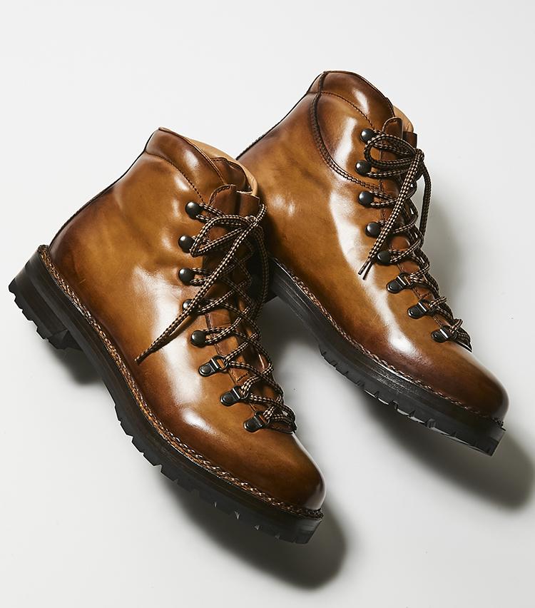 <p><strong>フラテッリ ジャコメッティ/マルモラーダ </strong><br /> 大人の足元にふさわしい、エレガントなマウンテンブーツといえば、M.E.読者にもお馴染みのイタリアブランド、フラテッリ ジャコメッティの山靴ラインのマルモラーダだ。上質なイタリアンカーフをノルヴェジェーゼ製法により仕上げた重厚フォルムに、コバに走るチェーンステッチも、男らしい足元をより魅力的に飾る。13万5000円(ウィリー)︎</p>