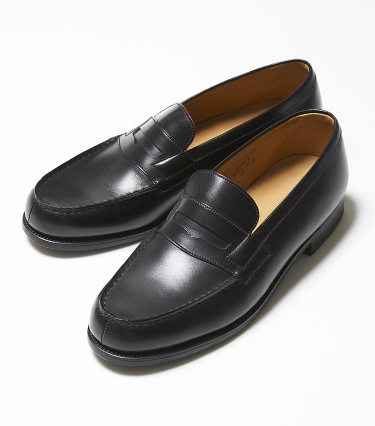 <p><strong>180シグニチャーローファー</strong></br></p> <p>ブランドの代表作にしてフレンチローファーのアイコン。米国靴のラフさや、英国靴の硬さとは別の色気が漂うローファー。上質なカーフを用いたアッパーは、一見朴訥としているが、きりりとウォールが立った伝統の木型「41」や美しいモカ縫いにより、独特の気品が香る。休日はもちろん、クラシックなスーツを洒脱に攻略したいときにも好適。180シグニチャーローファーはAからFまで、4ミリピッチで足幅を選べるようなサイズを用意。この細かなワイズ展開により、今までローファーに苦手意識を持っていたエグゼクティブを虜にした。10万円(ジェイエムウエストン 青山店)</p>