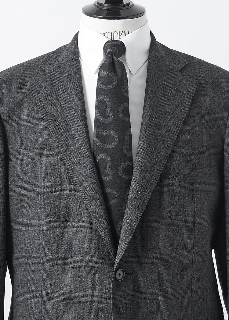 <p>かなり大柄のペイズリー柄も、黒ベースに柄がグレーという渋めのモノトーン配色だとうるさくならない。ネクタイに主張があるので、スーツもシャドーグレンチェック、白のタブカラーシャツでシンプルにまとめよう。<br /> </br><small>ジャケット5万9000円、同パンツ2万9000円/以上マッキントッシュ ロンドン(SANYO SHOKAI カスタマーサポート TEL:0120-340-460)、シャツ7000円(オーダー価格)、タイ8500円/以上麻布テーラー(麻布テーラープレスルーム TEL:03-3401-5788)</small></p>