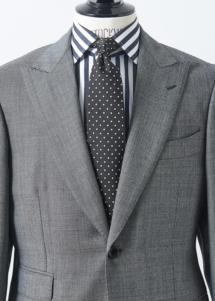 <p>オールモノトーンで引き締めたストイックな胸元。ネクタイが黒字のマイクロドットなので、合わせるシャツは太めストライプでピッチを変えるとバランスよくまとまる。<br /> </br><small>スーツ11万円/ブリッラ ペル イル グスト、シャツ2万5000円/ボリエッロ(以上ビームス 六本木ヒルズ TEL:03-5775-1623)、タイ1万4000円/フラテッリ ルイージ(ユナイテッドアローズ 六本木ヒルズ店 TEL:03-5772-5501)</small></p>