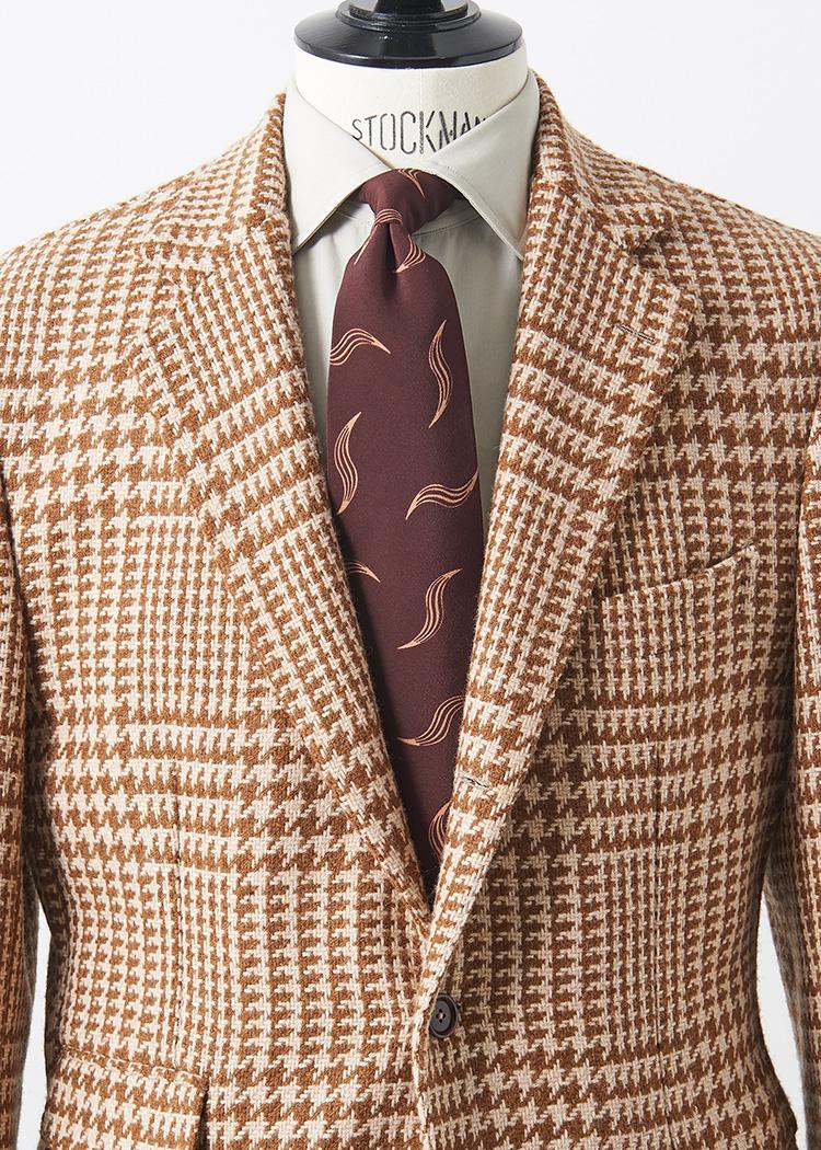 <p>キャメルカラーのツイーディな生地感の大判グレンチェックジャケット。柔らかなベージュカラーのシャツにボルドーの優しい柄のネクタイで、カントリー感を中和しよう。<br /> </br><small>ジャケット13万5000円/デ ペトリロ(ビームス 六本木ヒルズ TEL:03-5775-1623)、シャツ2万3000円/ポール・スチュアート(ポール・スチュアート 青山店 TEL:03-3406-8121)、タイ1万円/ロバートフレイザー(アイネックス TEL:03-5798-1170)</small></p>