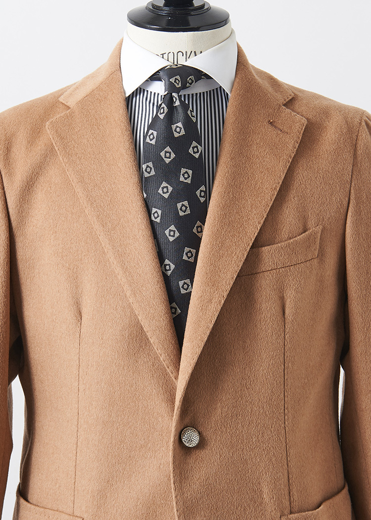 <p>キャメルカラーとグレートーンも、実は相性の良い色合わせ。白×グレーのクレリックシャツに、グレー地の小紋タイでメリハリのあるシャープな胸元が完成。<br /> </br><small>ジャケット12万円/タリアトーレ(トレメッツォ TEL:03-5464-1158)、シャツ1万4000円/トゥモローランド ピルグリム(トゥモローランド TEL:0120-983-522)、タイ1万円/ロバートフレイザー(アイネックス TEL:03-5798-1170)</small></p>