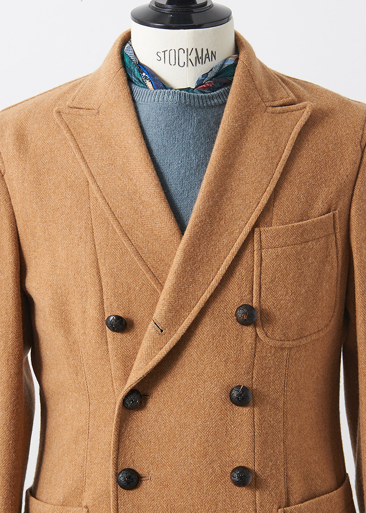 <p>ダブルのキャメルジャケットは、胸元の開きが少ない分、色使いがポイントになる。くすんだカラーのニットとスカーフ使いで洒落度の高い胸元に。<br /> </br><small>ジャケット12万8000円/ザ・ジジ(アマン TEL:03-6805-0527)、ニット3万6000円/トゥモローランド トリコ(トゥモローランド TEL:0120-983-522)、スカーフ1万6000円/ピエル=ルイ・マシア(フィーゴ TEL:03-3797-0693)</small></p>