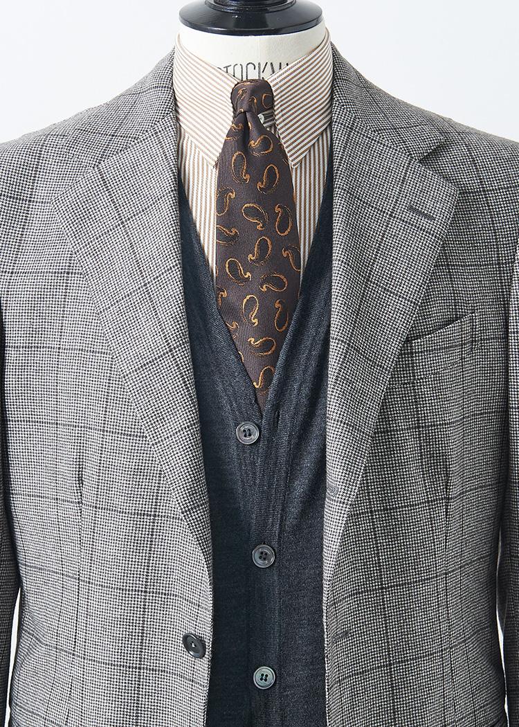 <p>スーツが淡めのカラーのときは、ダークグレーのカーディガンを差してコントラストをつけるのも◎。シャツタイをブラウントーンでまとめても、秋らしくシックな胸元になる。<br /> </br><small>スーツ14万5000円/エリコ フォルミコラ、タイ1万6000円/フィオリオ(以上ユナイテッドアローズ 六本木ヒルズ店 TEL:03-5772-5501)、ニット4万円/ドルモア(バインド ピーアール TEL:03-6416-0441)、シャツ2万4000円/エストネーション(エストネーション TEL:0120-503-971)</small></p>