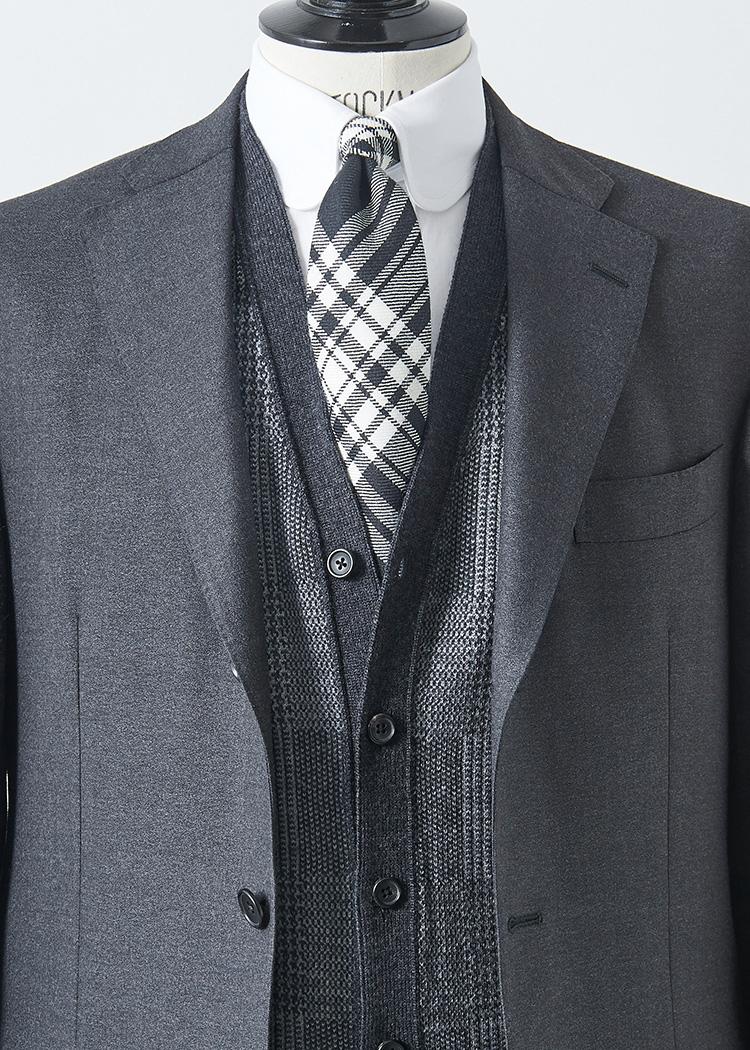 <p>グレースーツに白シャツ、グレーチェックタイというストイックなモノトーンコーデにも、ミディアムグレーの柄カーディガンを足すと洒落度が高まりモダンな印象に。<br /> </br><small>スーツ6万円、シャツ1万4000円(以上オーダー価格)/麻布テーラー(麻布テーラープレスルーム TEL:03-3401-5788)、ニット3万6000円/ポール・スチュアート(ポール・スチュアート 青山店 TEL:03-3406-8121)、タイ1万5000円/ブリューワー(コロネット TEL:03-5216-6521)</small></p>