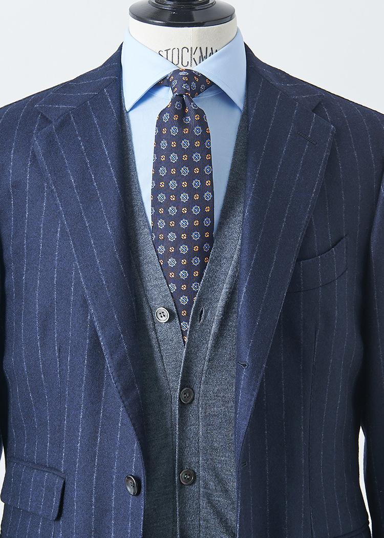 <p>紺スーツに青シャツ、紺小紋タイというブルーグラデーションの真面目Vゾーンにも、グレーのカーディガンを1枚挟むと温かみが増し、柔らかな雰囲気に印象チェンジ。</p> <p></br><small>スーツ18万2000円/パイデア(ビームス 六本木ヒルズ TEL:03-5775-1623)、ニット2万9000円/フィリッポ デ ローレンティス(トヨダトレーディングプレスルーム TEL:03-5350-5567)、シャツ2万2700円/ギ ローバー(シップス 銀座店 TEL:03-3564-5547)、タイ1万円/ロバートフレイザー(アイネックス TEL:03-5798-1170)</small></p>