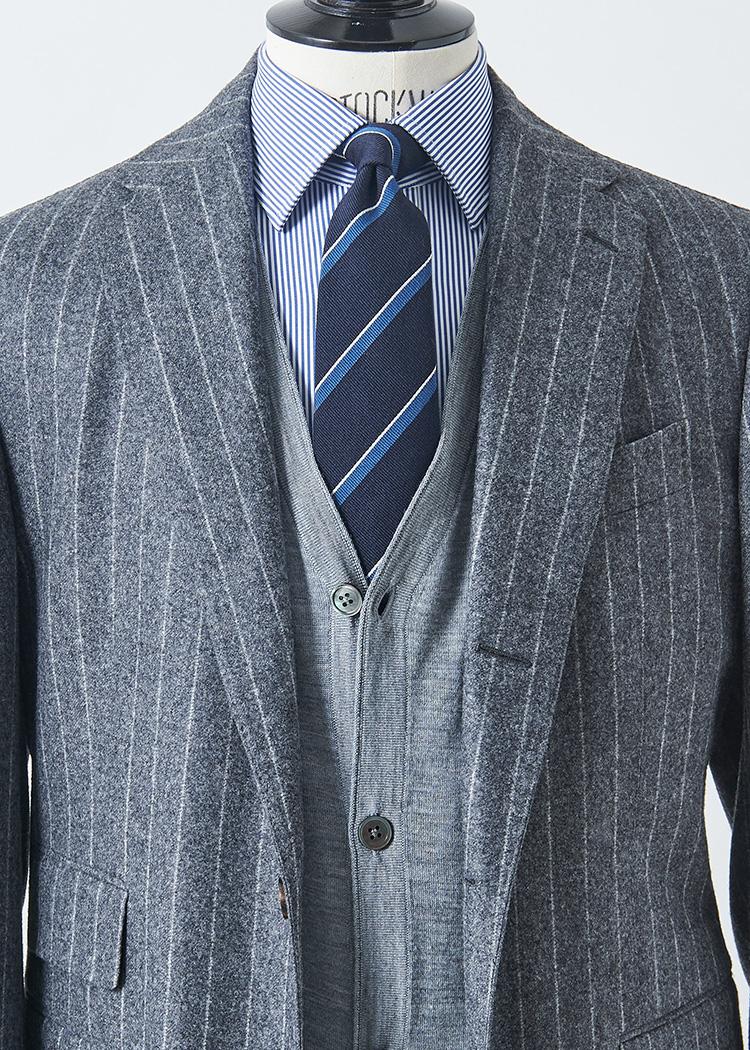<p>フランネル系のミディアムグレースーツ×ライトグレーカーディガンの明るめグラデーション合わせ。シャツタイをブルーのピッチ違いストライプでまとめると、キリッと引き締まった硬派な印象になる。</p> <p></br><small>スーツ26万円/スティレ ラティーノ(ビームス 六本木ヒルズ TEL:5775-1623)、ニット1万8000円/トゥモローランド トリコ(トゥモローランド TEL:0120-983-522)、シャツ1万6000円/マッキントッシュ ロンドン(SANYO SHOKAI カスタマーサポート TEL:0120-340-460)、タイ1万4000円/ニッキー(ユナイテッドアローズ 六本木ヒルズ店 TEL:03-5772-5501)</small></p>