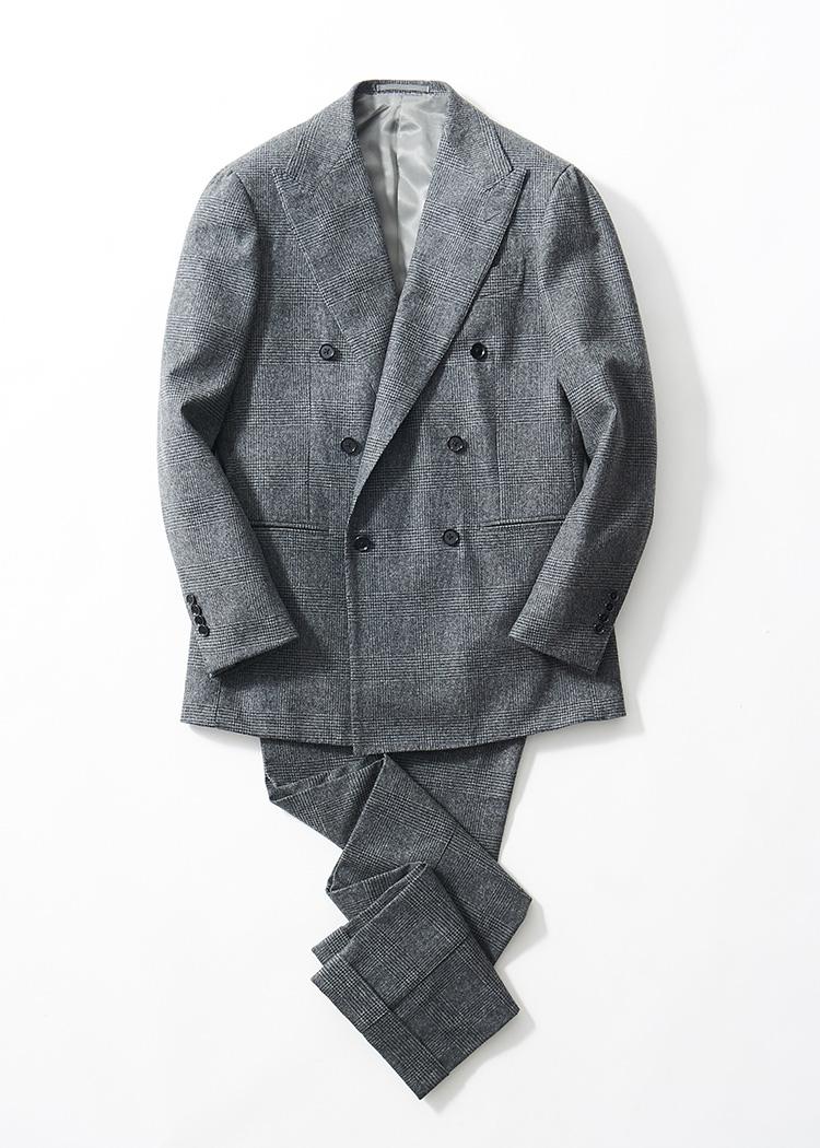<p><strong>2.リングヂャケット マイスターのダブルブレストスーツ</strong><br /> グレンプレイドを配したフランネル生地は、フォックスブラザーズ製。幅広のピークドラペルがバストを力強く見せ、貫禄ある着姿に。21万円(リングヂャケットマイスター206 青山店 TEL:03-6418-7855)</p>