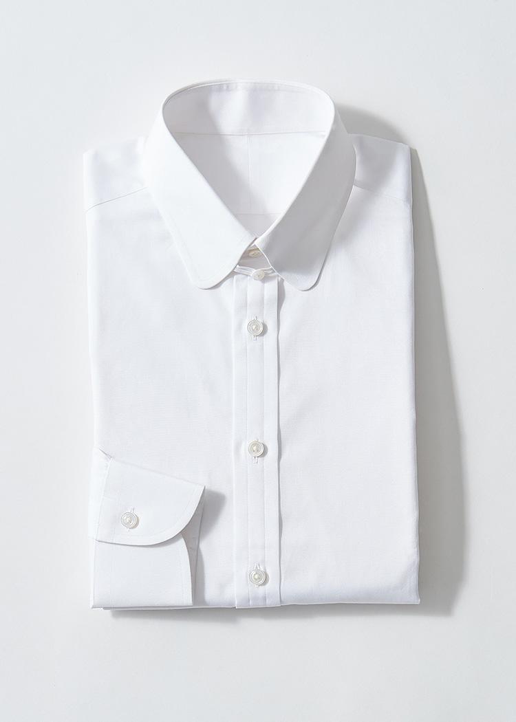 <p><strong>6.アスコット チャンのタブカラーシャツ</strong><br /> 香港発の老舗シャツテーラー。英国のテーラーリングイズムに従うこちらは、ラウンド&タブカラーを採用。スプリットヨークなどに、ビスポークシャツテーラーの矜持が。2万4000円(ブライスランズ&コー TEL:03-6721-0133)</p>