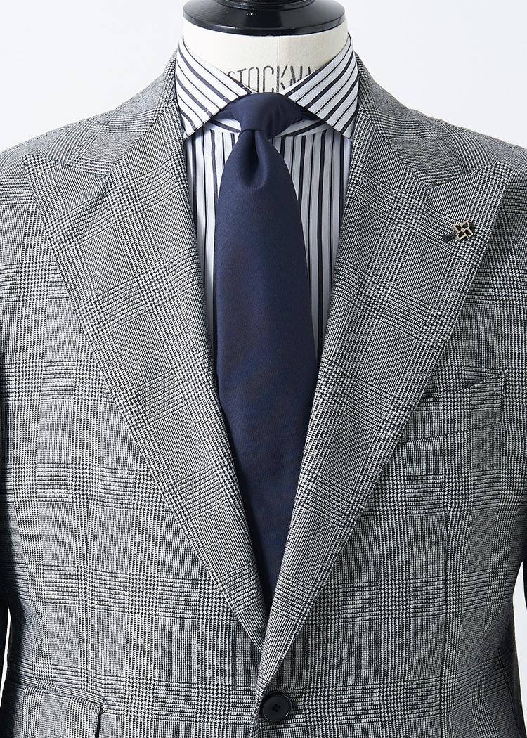 <p>大判のグレンチェックにマルチストライプのシャツという合わせ。いずれも柄が強めなので、この場合ネクタイはネイビーソリッドでシンプルにまとめるのが◎。</br><small><br /> スーツ12万5000円/タリアトーレ(シップス 銀座店 TEL:03-3564-5547)、シャツ3万6000円/アヴィーノ ラボラトリオ ナポレターノ(ユナイテッドアローズ 六本木ヒルズ店 TEL:03-5772-5501)、タイ1万5000円/アーディー&シー(インターブリッジ TEL:03-5776-5810)</small></p>