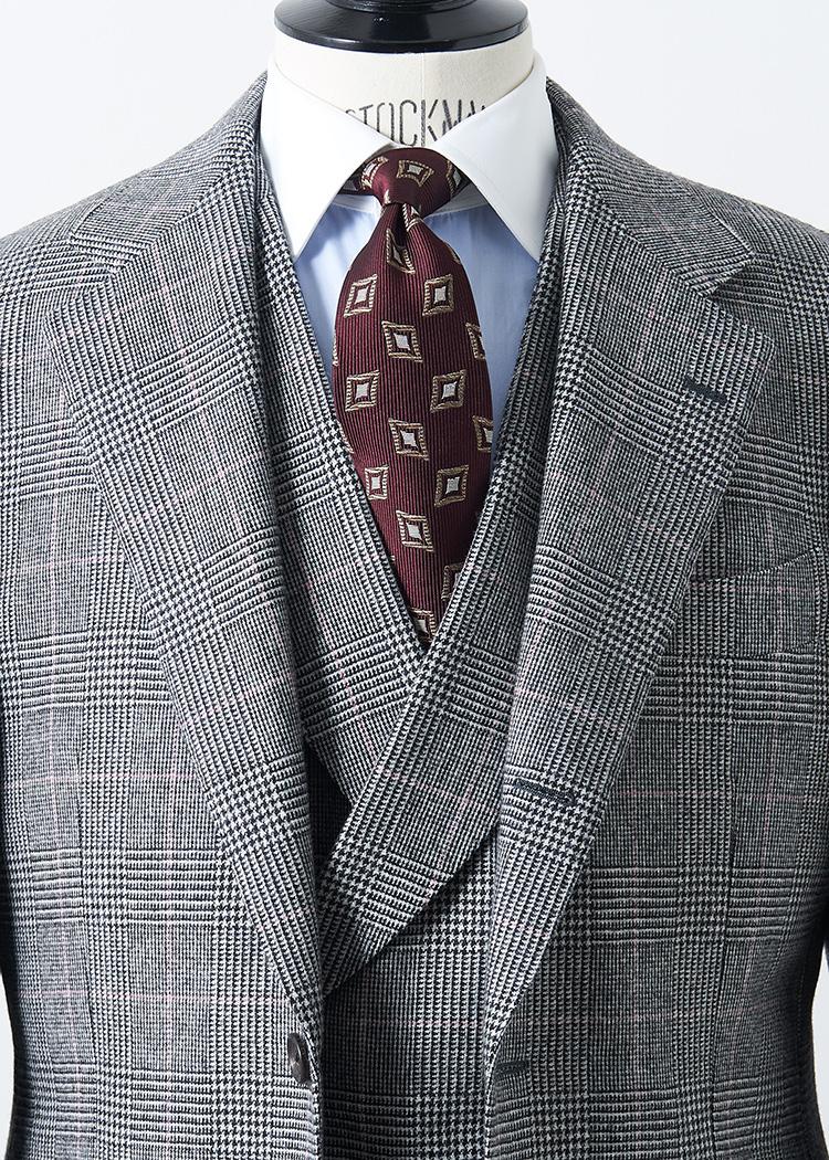 <p>やや大判のグレンチェックの貫禄溢れる3ピーススーツは、ペーンにほのかに赤やピンクが入っている。その赤系を拾って、ネクタイもボルドーの幾何学小紋にすると相性◎。クラシックな雰囲気に合わせて、シャツもクレリックカラーにしてみよう。</br><small>スーツ16万円/ブリッラ ペル イル グスト(ビームス 六本木ヒルズ TEL:5775-1623)、シャツ1万7500円(オーダー価格)/麻布テーラー(麻布テーラープレスルーム TEL:03-3401-5788)、タイ1万円/ロバートフレイザー(アイネックス TEL:03-5728-1990)</small></p>