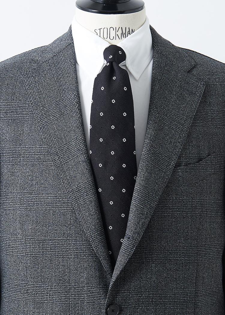 <p>シンプルな中判グレンチェックに、白シャツ、黒地に白の小花柄小紋タイというモノトーンな合わせ。色使いがストイックな分、白シャツはタブカラーにするときちんと見えながら洒落感もUP。</br><small><br /> スーツ17万4000円/ラルディーニ(ラルディーニ 東京店 TEL:03-5224-3880)、シャツ1万7000円/ポール・スチュアート(ポール・スチュアート 青山店 TEL:03-3406-8121)、タイ1万2000円/ブルックス ブラザーズ(ブルックス ブラザーズ ジャパン TEL:0120-185-718)</small></p>