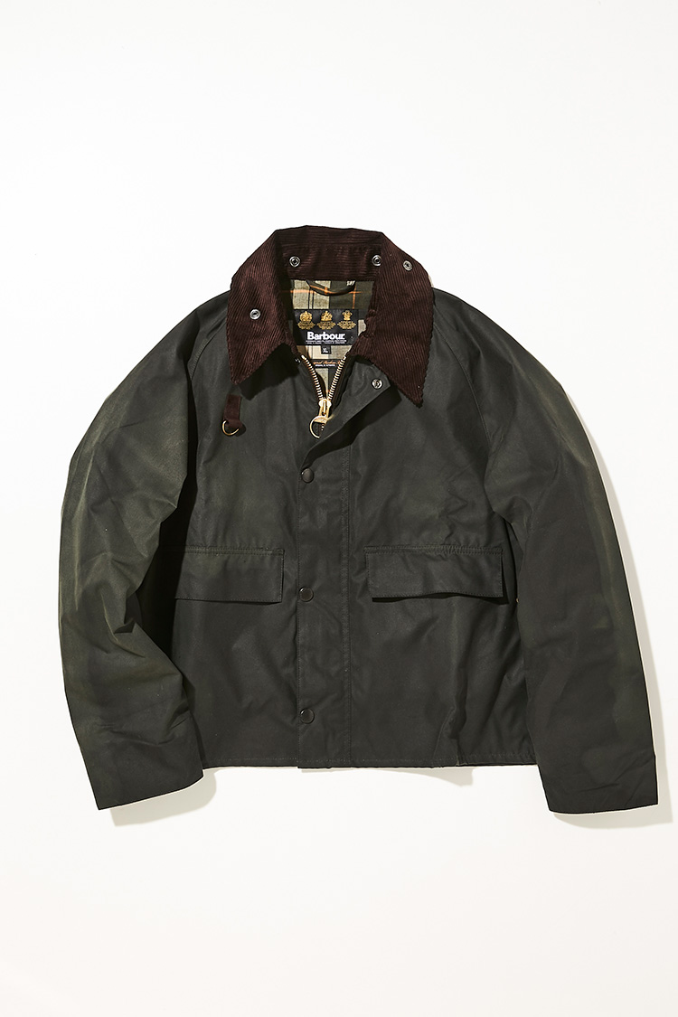 <p><strong>スペイ ジャケット</strong></br><br /> 元々、フィッシング用のアウターとして開発されたジャケットを、丈の長さやシルエットを改良して街着として改良したのがこちらのスペイ ジャケット。胸付近に付けられたDリングは小道具を装着できる仕様で、ロッドループや各種ポケットなど、フライフィッシング用のディテールを備えながら、ブルゾン的ルックスが楽しめる。フードの取り外しが可能で、人気急上昇中のモデルなので、まだ他人とカブりにくい点も見逃せないポイント。スポーティさやアウトドアといった、今の時代のムードをさりげなく取り入れるにも格好だ。5万2000円(バブアー渋谷店)</p>