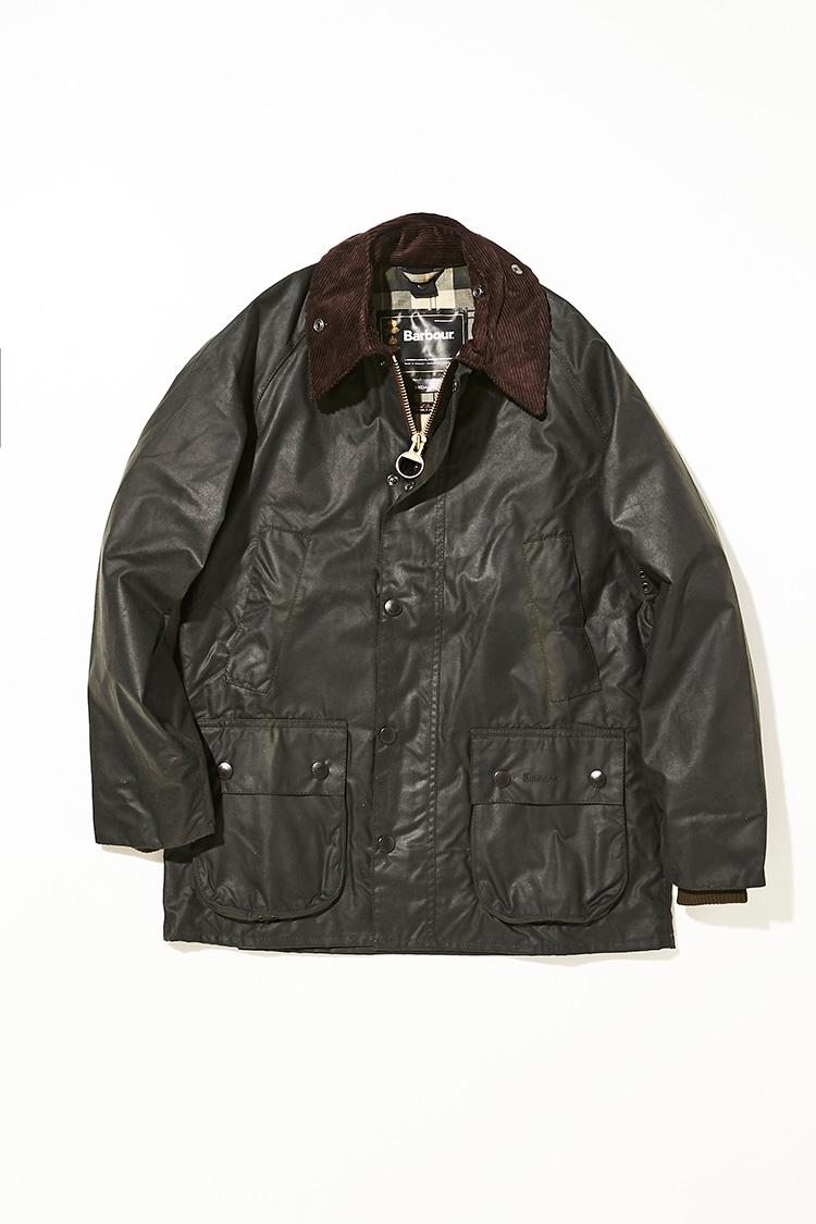 <p><strong>ビデイル</strong></br><br /> 1980年に乗馬用ジャケットとして誕生して以来、バブアーの中でも人気No.1を誇る代表モデルとして君臨する。コットン生地にワックスを染み込ませることによって、耐水性や防水性を高めた独自のワックスドクロスをはじめ、可動域を広げるラグランスリーブや裾を広がりやすくするサイドベンツなど、現代のライフスタイルに馴染む機能性を備える。ライディング中に手を温めやすいハンドウォーマーポケットなど、全てのディテールに意味がある。コーデュロイ襟や大容量のマチ付きフラップポケットなど、バブアーならではの作り込みもファンを魅了するポイントだ。4万9000円(バブアー渋谷店)</p>