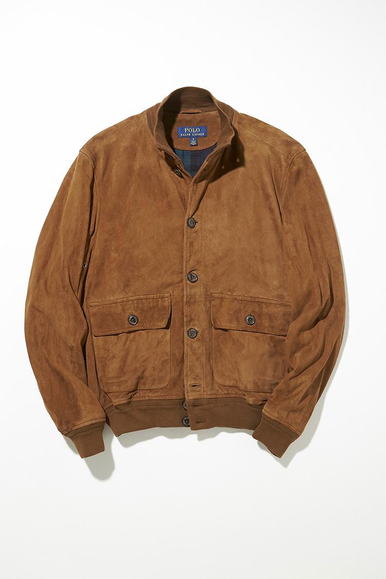 <p><strong>ポロ ラルフ ローレン</strong></br></p> <p>カントリーブラウンと呼ばれる、しなやかなスエードを使用してリッチなブラウン色を表現したラグジュアリーなスポーツジャケット。こちらもフロントボタンのいわゆるオーセンティックなヴァルスター型と呼ばれるタイプながら、イタリアブランドに比べると身頃やアームなど、ややゆったりとしたシルエットが特徴だ。防寒に優れたウールの裏地は、ブラックウォッチ柄で遊びの効いた大人の雰囲気。前開けした際にちらっと見える柄使いも洒脱な印象を漂わせるに違いない。15万6000円(ラルフローレン)</p>
