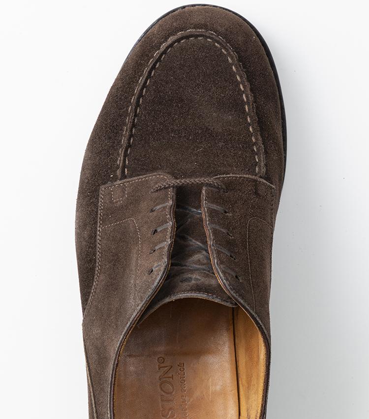 <p>まずはパラレルと同様、一番上の穴に上から靴紐を通す。後でアンバランスにならないよう、左右の長さが均等になるようにしておこう。</p>