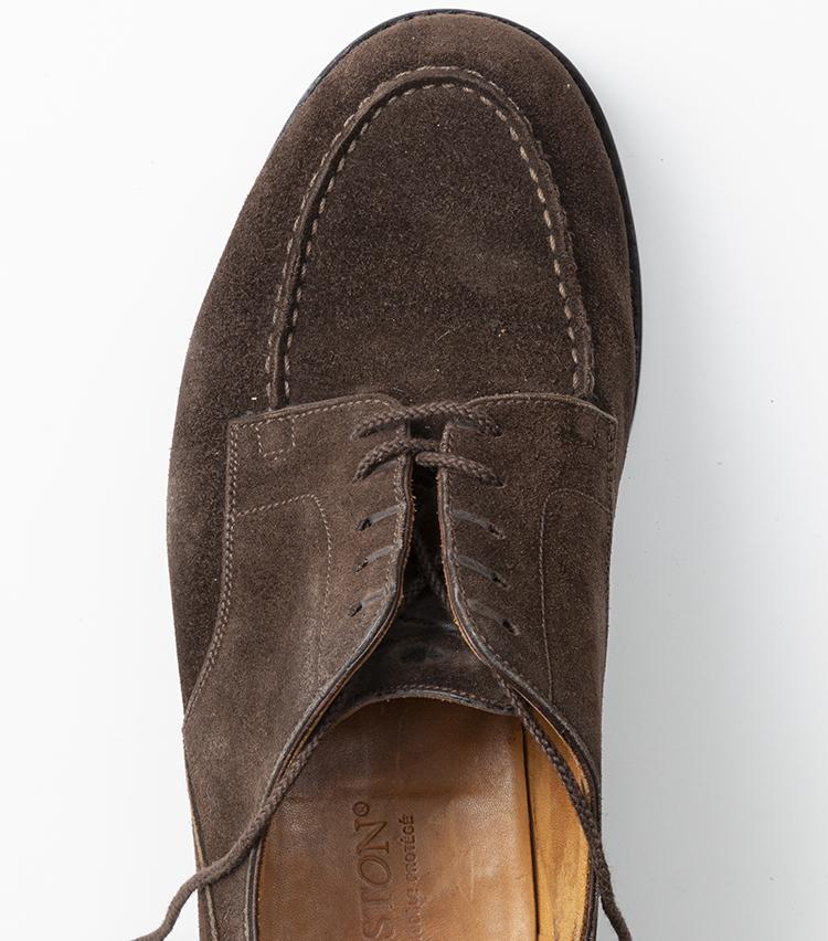 <p>その次は、右側の紐を左ななめ下の穴に上から通す。すると、靴紐がクロスするように通る形になっているはず。</p>