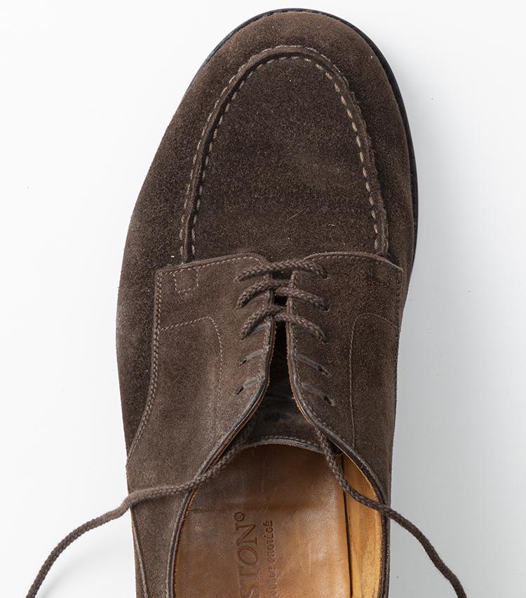 <p>同様に、靴紐が中央でクロスする形になるよう交互に通していく。</p>