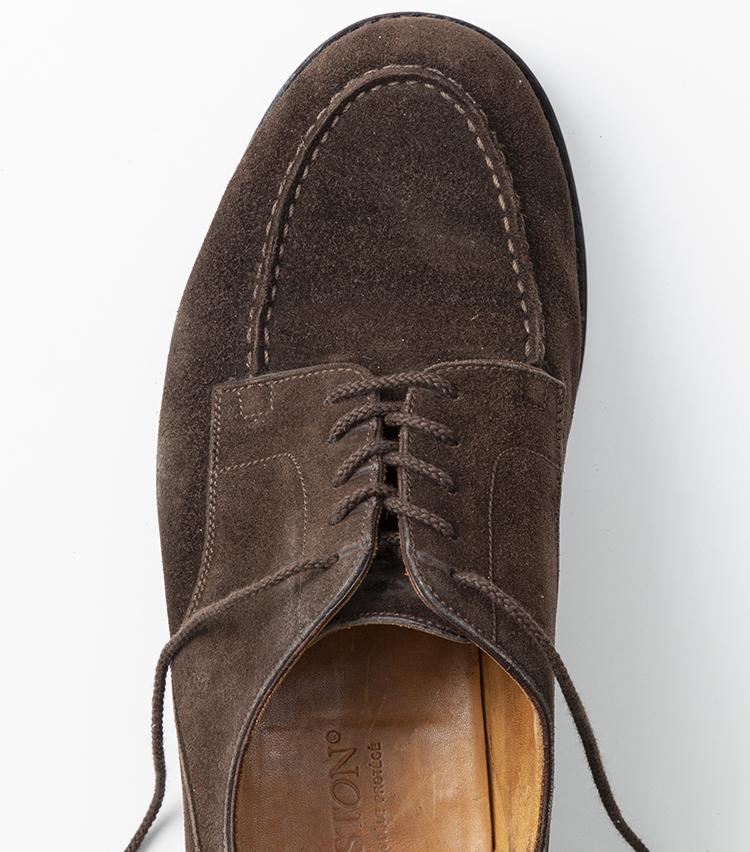 <p>一番下まできたら、穴の内側から靴紐を外に通して出せば完成。</p>