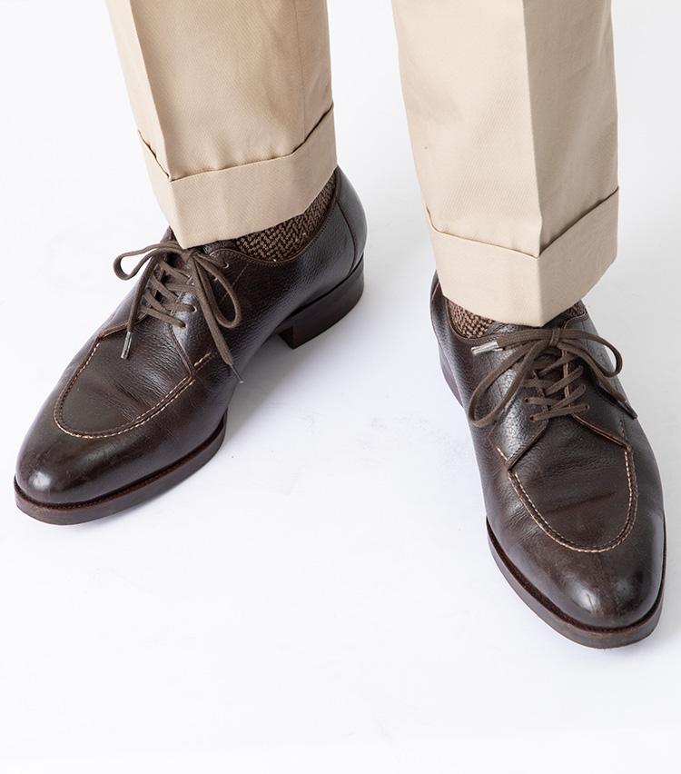 <p><strong>外羽根タイプなら、ほとんどの靴と相性よし</strong><br />ウエストンよりもドレッシーなUチップで実践してみたが、こちらも雰囲気よし。外羽根式の靴なら大抵はオーバーラップにしても違和感がなさそうだ。写真ではクリース入りのドレスコットンパンツに合わせてみた。パラレル状態よりもややカジュアルな雰囲気になり、独特なコントラストが効いている。</p>