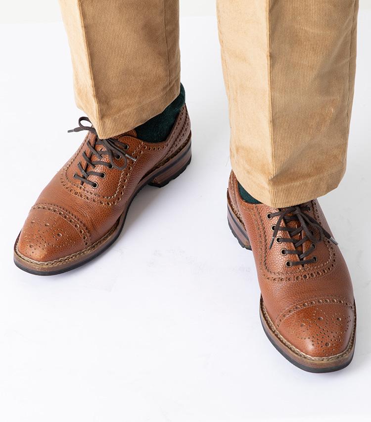<p><strong>カントリー調の靴なら内羽根でも◎</strong><br />内羽根でも、こちらのようにカントリーテイストな靴ならオーバーラップがマッチ。大きめな穴飾りやグレインレザーのアッパーなど、もともと力強い顔つきの靴だったが、靴紐をオーバーラップにしたことでより印象的な表情に。今季トレンドのコーデュロイパンツとも好相性だ。ちなみに、ストレートチップやパンチドキャップなどフォーマル度の高い内羽根靴にはさすがにミスマッチ。目安としては、デニムに合わせて違和感のない靴であればオーバーラップに変えても問題なさそうだ。</p>