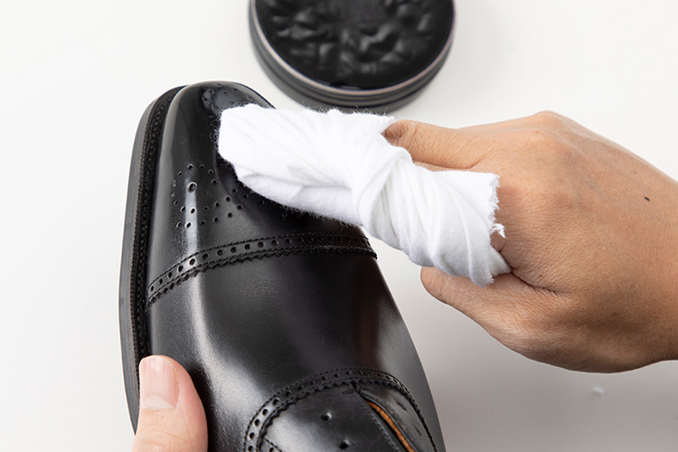<p><strong>【10位】<br /> 実践!「革靴のつま先」は鏡面磨きクリームでどれだけピカピカになる?</strong><br /><a href=